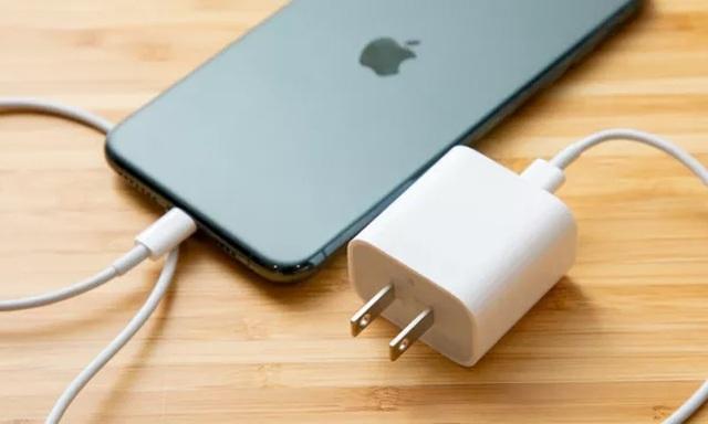 iPhone 12 không bán kèm cục sạc và tai nghe, Apple đang quá tham lam
