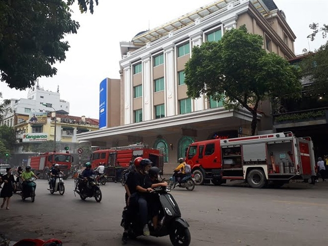 Ô tô đột ngột bốc cháy dưới tầng hầm Tràng Tiền Plaza, khách hàng hoảng sợ chạy thoát thân