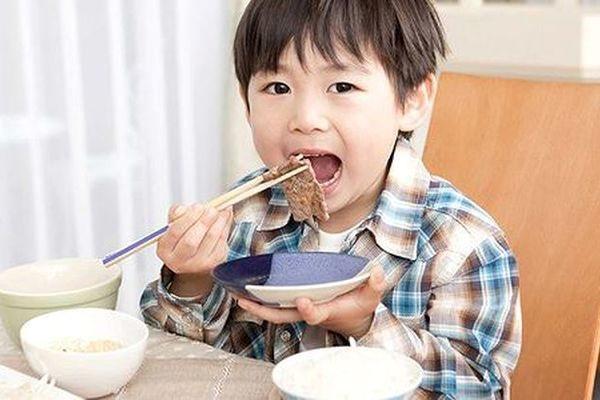 Cho con ăn đủ thứ hải sản, thịt bò đắt tiền, con vẫn còi cọc