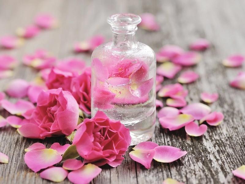 Mách chị em cách làm nước xịt khoáng từ hoa hồng tại nhà
